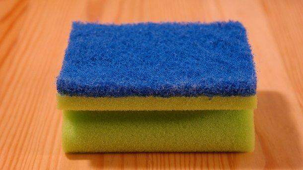 Какую опасность несет губка для мытья посуды: мнение экспертов