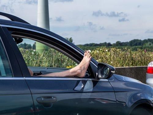 Ученые напоминают: длительное сидение в машине приводит к образованию опасных тромбов в венах