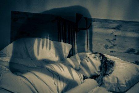 Американка месяцами спит из-за редкой болезни