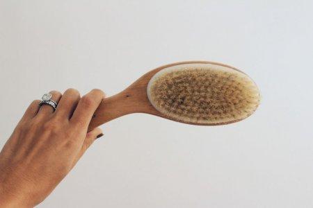 Альтернатива скрабу: что такое массаж сухой щеткой и кому он нужен