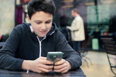 Распространение смартфонов повлияло на рост числа депрессивных подростков