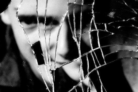 Страх перед отражением: мужчина приобрёл редкую фобию после нервного срыва